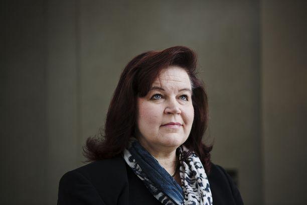 Kokoomuksen entinen kansanedustaja ja ministeri Anne Holmlund, 53, joutunee sanomaan hyvästit yli 5 000 euron sopeutumiseläkkeelleen.