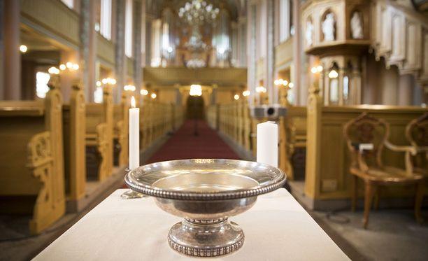 Lukuisat turvapaikanhakijat ovat kääntyneet kristinuskoon Suomessa. Kuvituskuva.