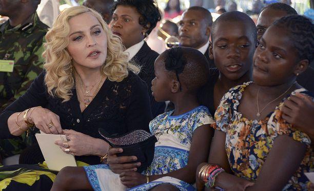 Popin kuningatar Madonna vierailee parhaillaan Malawissa, jossa hän tiistaina avasi hyväntekeväisyysjärjestönsä rahoittaman lastensairaalan. Avajaisissa hänen mukanaan seurassaan olivat myös hänen Malawista adoptoimansa David Banda, Mercy James, Stella ja Estere, joista viimeksi mainittu ei näy kuvassa.
