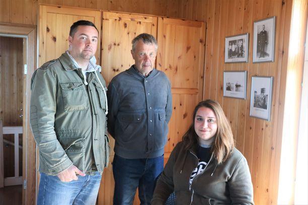 Jouko Venhon, keskellä, ansiosta Alexandra Baker o.s. Ylinen miehensä Jeremyn kanssa löysi merikarvialaisen sukunsa muutamassa tunnissa.