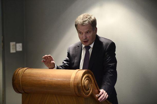 Tasavallan presidentti otti viikonvaihteessa kantaa Iltalehden turvallisuuspolitiikkaa käsitelleeseen juttuun. Tässä hän puhuu toimittajille hotelli Kämpissä lokakuussa 2015.