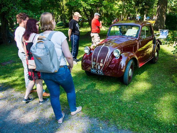 Fiat 500 Topolino vuodelta 1939 liikkuu 13-hevosvoimaisen 569 kuutioisen nelosmoottorin kiidättämänä.
