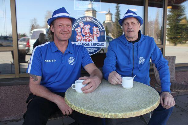 Veto-miehet Jari Lakaniemi ja Eero Latvala tunnustavat sinivalkoista väriä.