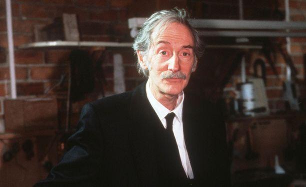 Peter Bensonin roolihahmo Sydämen asialla -sarjassa oli hautausurakoitsija, joka pyöritti myös autokorjaamoa.