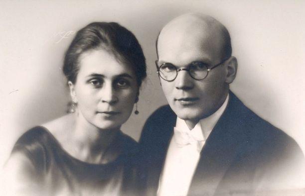 Sylvi ja Urho Kekkosen rakkaus syttyi työpaikalla. Urho oli Sylvin esimies. Työpaikkaromanssi pysyi pitkään salassa työpaikalla, mutta Sylvin asuinkaverit olivat siitä tietoisia.