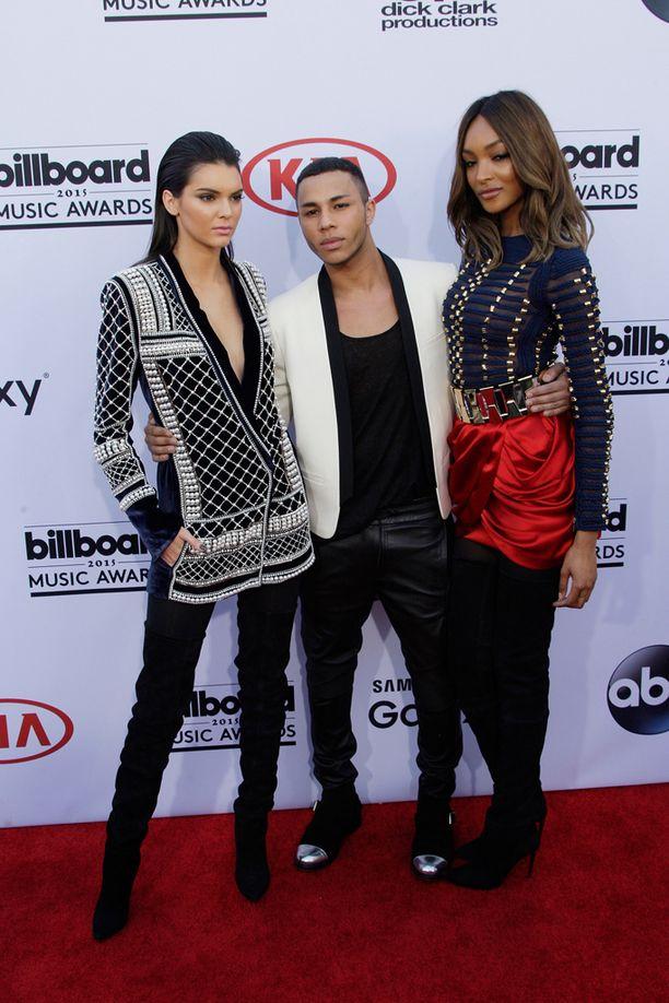 Kendall Jenner, Olivier Rousteing ja Jourdan Dunn pukeutuivat eilen yhteistyömalliston vaatteisiin.