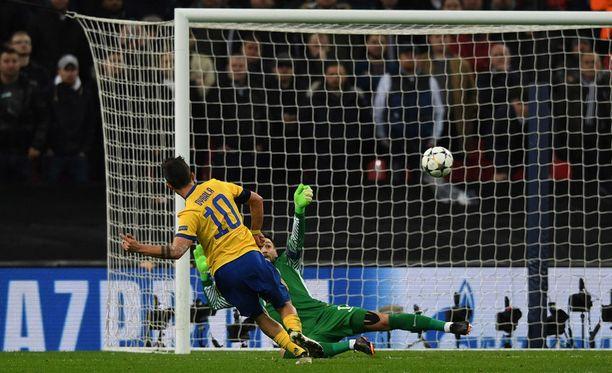 Paulo Dybala ampuu Juventuksen puolivälieriin.
