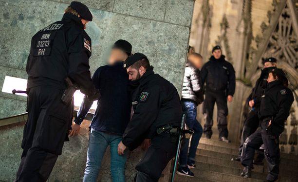 Poliisi tarkasti epäiltyjä Kölnin rautatieasemalla jo muutama päivä uudenvuodenaaton ahdistelujen jälkeen.