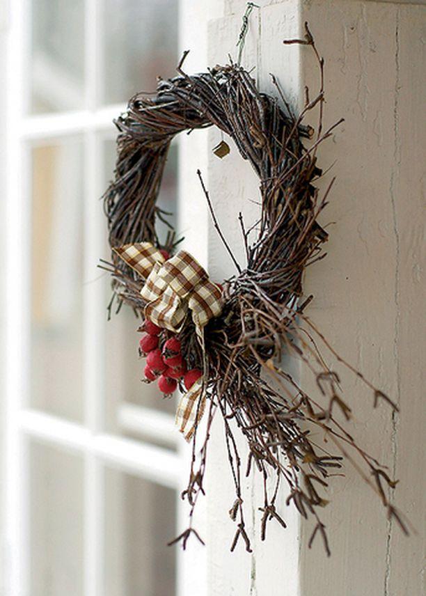 Koivukranssi sopii myös sisälle. Ulko-ovessa orapihlajan marjat saattavat kadota lintujen suihin.