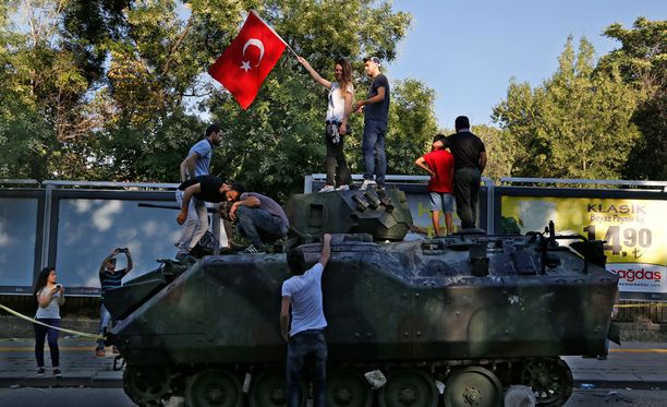 Turkkilaiset kiipesivät armeijan panssarivaunun päälle Ankarassa.