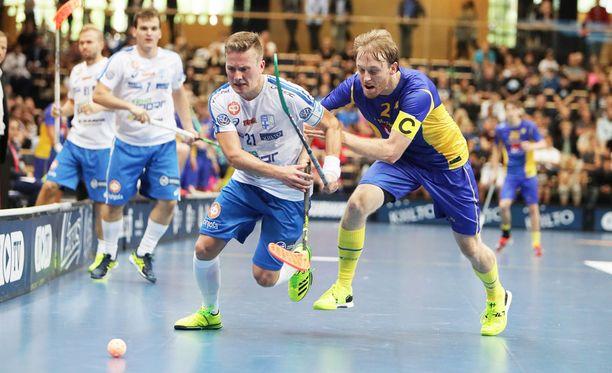 Tatu Väänänen ja Ruotsin Johan Samuelsson taistelivat pallosta maaottelussa 11. syyskuuta.