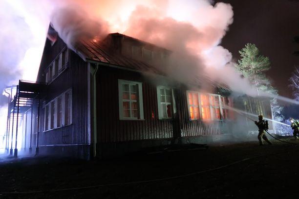 Valkjärven koulu paloi maanantain vastaisena yönä.