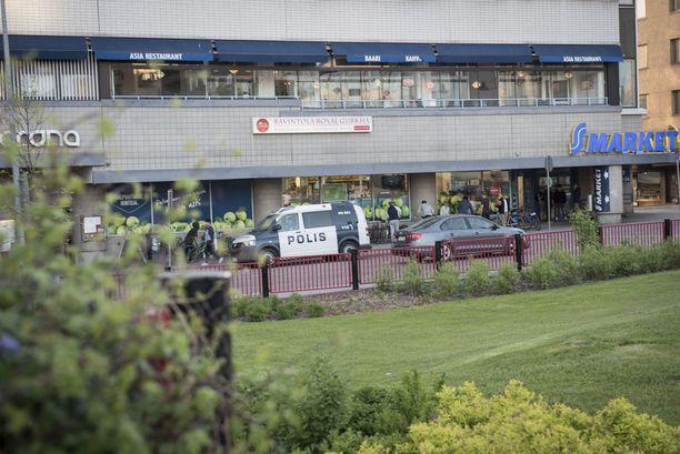 Poliisipartio päivysti marketin edustalla Lahden keskustassa perjantai-iltana.