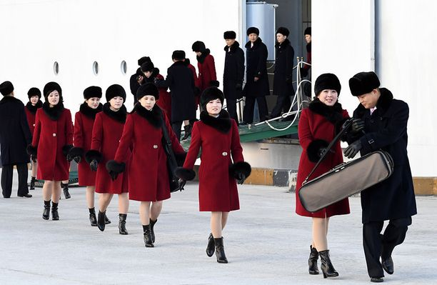 Talviolympialasiin marssi 229 Pohjois-Korean kannustusjoukkoihin kuuluvaa cheerleaderiä.