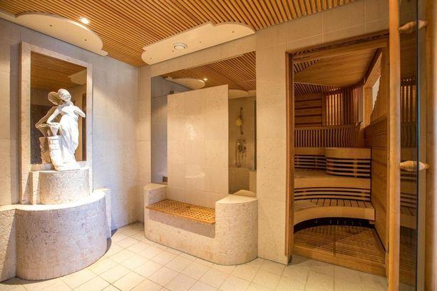 Saunasta on myös maisemat ulos. Suihkutiloissa on panostettu rentouttamaan tunnelmaan enemmän kuin perinteisissä kylpyhuoneissa.