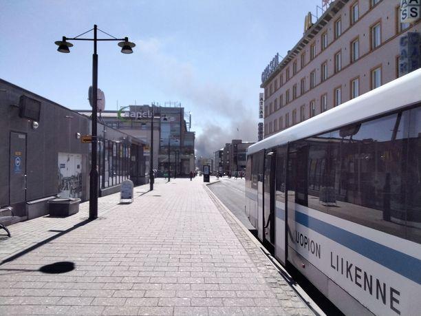Kuopion Kärängässä syttyneen tulipalon aiheuttama savu näkyi kaupungin keskustaan saakka.
