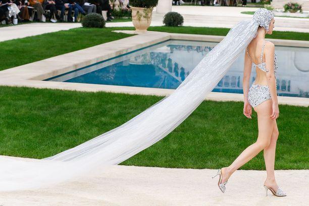 Chanelin morsiuslook on vähintäänkin futuristinen.