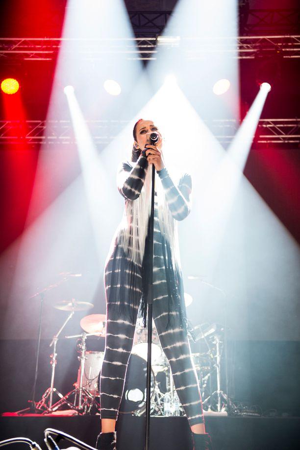 Laulajan ensisingle Ur Cool on kerännyt radiosoittoa Balilla ja Indonesiassakin.