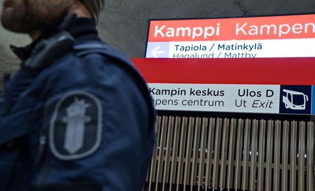 Helsingin poliisi tutkii Kampin metroaseman sisäänkäynnin edustalla Runeberginkadulla tapahtunutta pahoinpitelyä. Kuvituskuva.