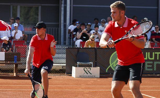 Patrik Laine ja Aleksander Barkov saivat kylmää kyytiä nelinpelissä.