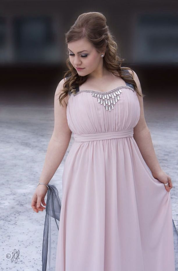 Roosa tanssi yksinkertaisen tyylikkäässä mekossa.