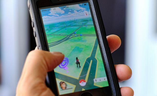 """Pokémon Go -peli puhelimen ruudulla. Pelimaailma luodaan todellisen maailman """"päälle"""" lisätyn todellisuuden kautta."""