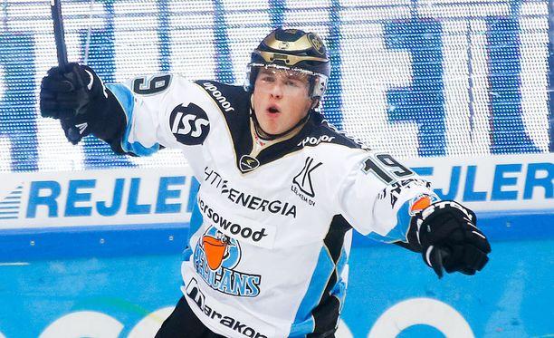 Joel Mustonen ajettiin ulos Ruotsin SHL-ottelussa.