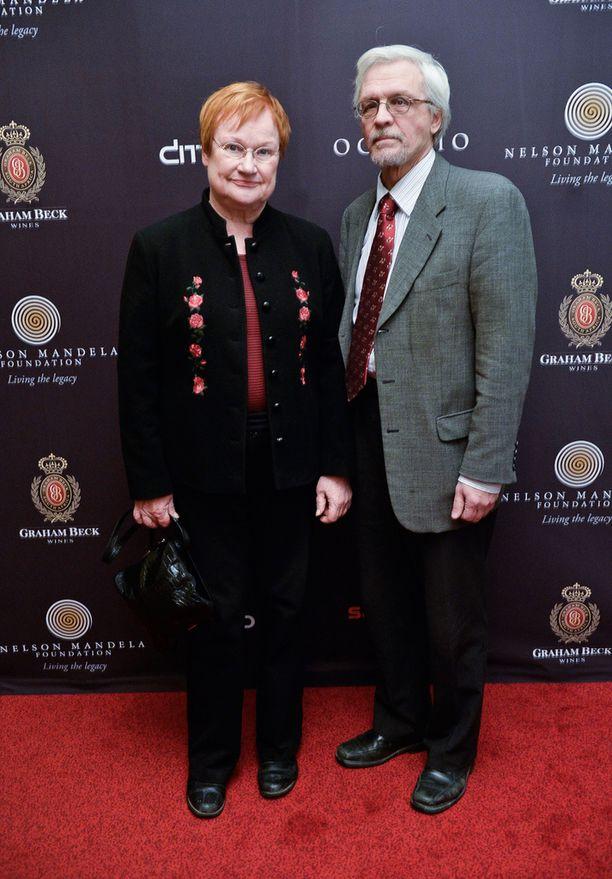 Presidentti Tarja Halonen ja hänen puolisonsa Pentti Arajärvi odottivat innolla Mandela-elokuvan antia.