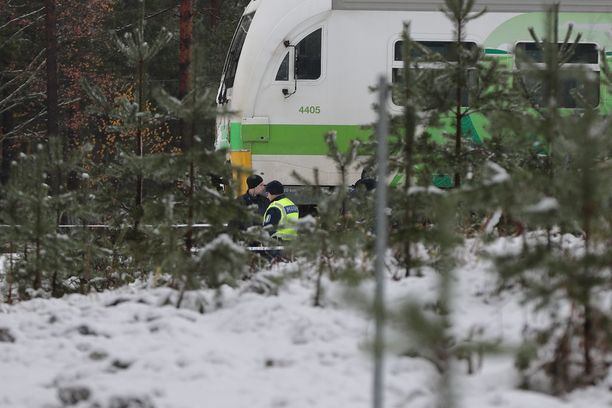 Poliisi tutkii tilannetta onnettomuuspaikalla.