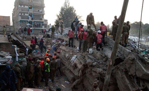 Viranomaisten epäilyjen mukaan luvatta rakennetut kerrokset romahduttivat rakennuksen.