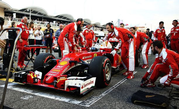 Sebastian Vettelin auto hajosi Bahrainissa jo lämmittelykierroksella.