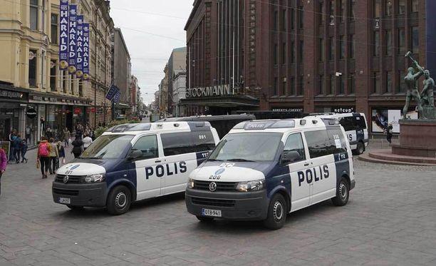 Helsingin poliisi on lisännyt partiointia Helsingin keskustassa maailmalla tapahtuneiden veritekojen jälkeen. Arkistokuva.