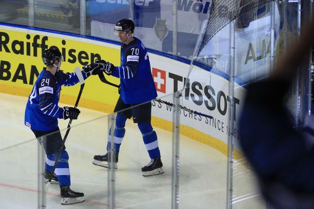 Kaapo Kakko (vasemmalla) riensi onnittelemaan Niko Mikkolaa tämän maajoukkueuran avausmaalista.