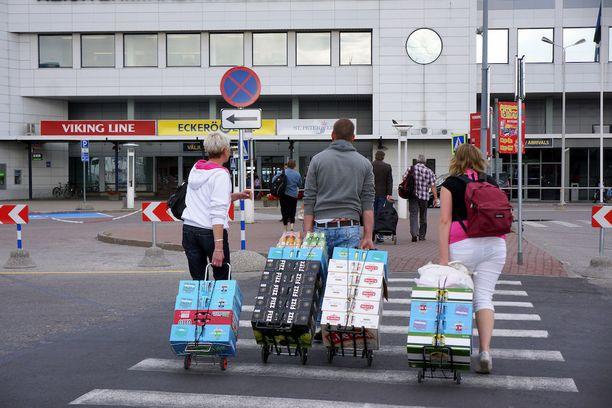 Viro on tekemässä jättikorotuksen mietojen alkoholijuomien verotukseen heinäkuussa. Suomalaisten suosiman SuperAlko-liikkeen johtaja Imre Poll sanoi Helsingin Sanomille, että yritys aikoo nostaa hintojaan vasta ensi vuonna.