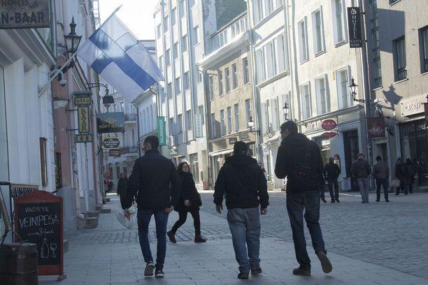 Viru-katu on koristeltu Suomen lipuin.