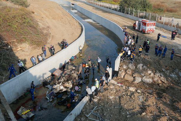 Siirtolaisia kuljettanut auto syöksyi moottoritieltä ja ainakin 19 ihmistä kuoli.