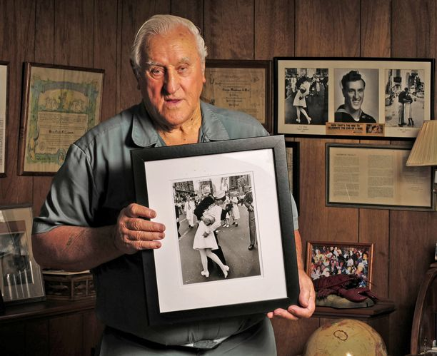 Mendonsa esittelee kuuluisaa valokuvaa. Mendonsa ja Friedman tapasivat toisensa vielä kerran vuonna 1980, kun Life-lehti, jossa kaksikon valokuva alunperin julkaistiin, päätti tuoda heidät yhteen.
