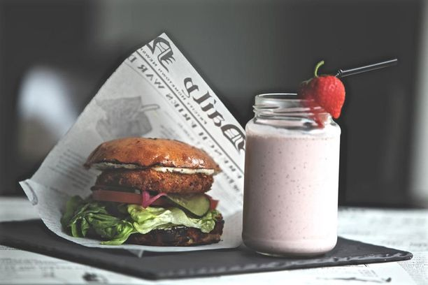 Uudistettu Primula tarjoaa rennon ilmapiirin ja maukasta kortteliruokaa. Kuvassa kalaburgeri ja pirtelö.