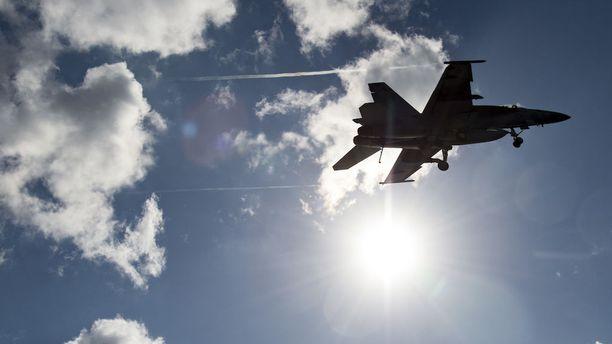 Amerikkalaisen Boeingin Super Hornet on yksi Suomen hävittäjäkisan voittajasuosikeista. Boeing käy tällä hetkellä kovaa hinta- ja lobbauskilpailua Lockheed Martinin F-35 -hävittäjän kanssa Yhdysvaltain laivaston tilauksista. Puolustusvälinejättien katteita rassaava kilpailu saattaa vaikuttaa Suomen konekauppoihin positiivisemmin kuin virkamiesten tutkimat erikoiset rahoitusmallit.