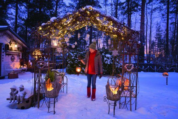 Talven tullen Satu Räikkösen puutarha muuttuu lumoavan kauniiksi joulumaaksi.