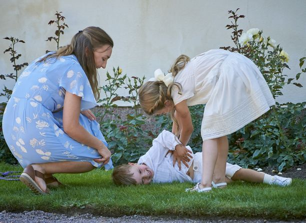 Perheen lastenhoitaja valvoi pikkukuninkaallisten touhuamista.