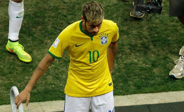 Neymar poistui ottelun jälkeen pelaajakäytävään pettyneenä.