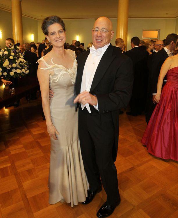 Bruce Oreck Cody-vaimonsa kanssa vuoden 2012 Linnan juhlissa. Cody Oreck ihailee suomalaista designia.