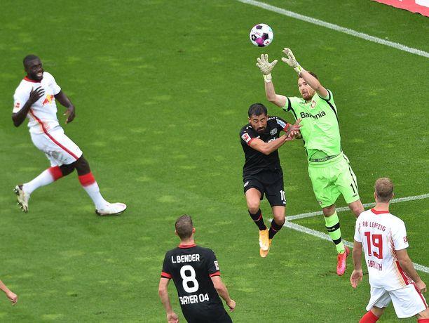 Lukas Hradecký torjui tuttuun tapaan Leverkusenin maalilla.