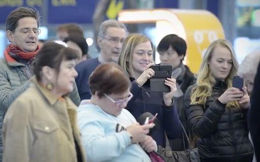 Finlandia kajahti yllättäen kesken ruuhka-ajan lentokentällä – muistatko tämän koskettavan esityksen?