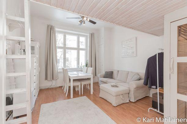 Tässä kodissa on monia suomalaisia miellyttävä valkoinen värimaailma.