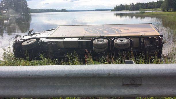 Joukionsalmeen kaatuneen keskiolutta kuljettaneen kuorma-auton lasti tuhoutui lähes täysin.