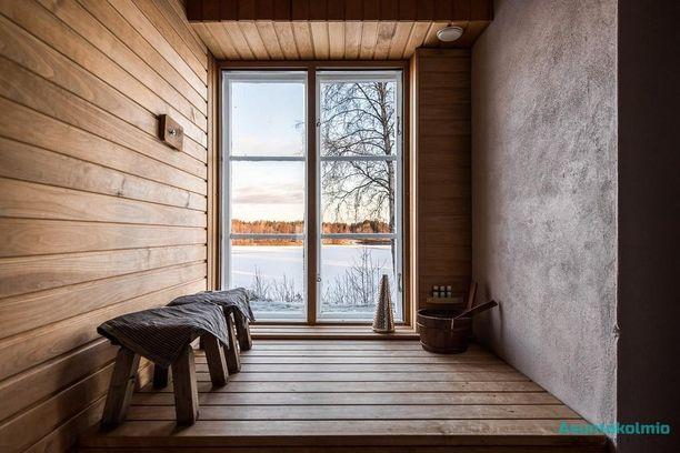 Näin suuret saunan ikkunat taitavat olla harvinaisuus. Tässä on kyseessä oli 100 vuotta vanhan hirsitalon sauna. Näkymät avautuvat joelle.