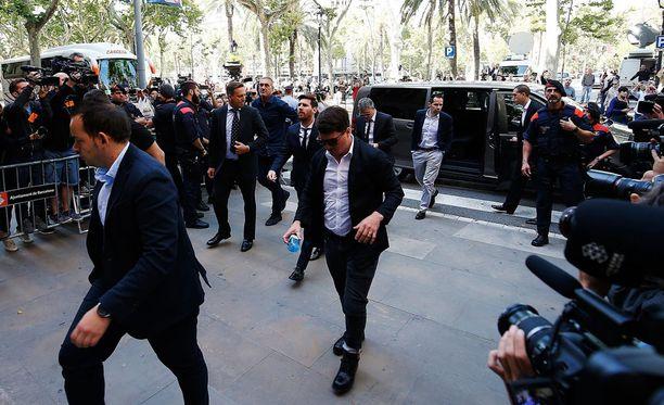 Lionel Messi (takana kesk.) sai kuunnella espanjalaisten herjauksia oikeustalolla.