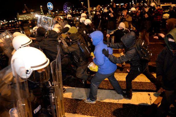 Viime itsenäisyyspäivänä järjestetty mielenosoitus meni hulinoinniksi Helsingin keskustassa. Vahingot nousivat useisiin kymmeniin tuhansiin euroihin.